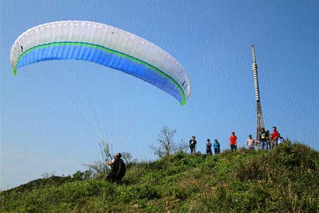 Son Tra is an ideal place for paragliding.
