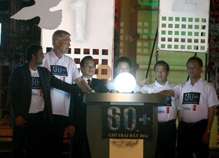 Representatives participate in a ceremony to kick off the 2014 Earth Hour in Ha Noi on Saturday. This year's campaign saw all 63 provinces and cities nationwide participate to reduce electricity usage.