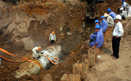 Broken water pipe affects Ha Noi households