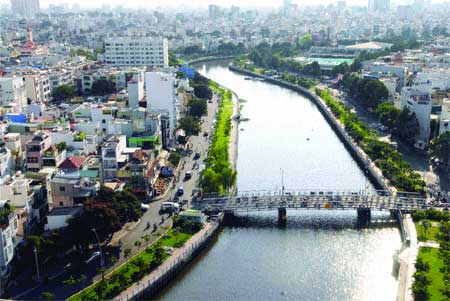 City turns squalid canals into green spots