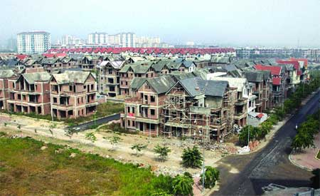 No one home: A new urban area was being developed on the outskirts of Ha Noi but has now been abandoned due to the economic and financial difficulties of project owners.