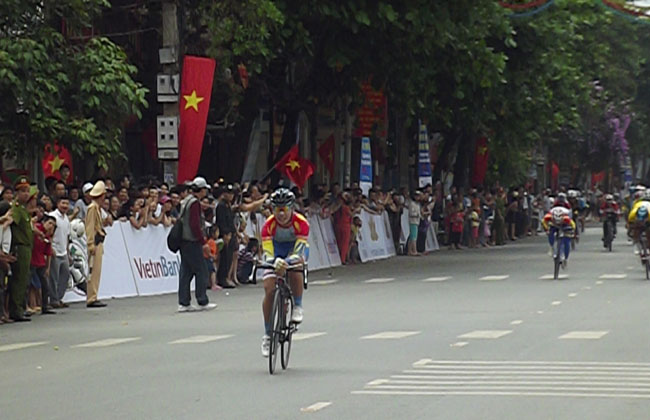 Dung wins fourth stage with strong finish
