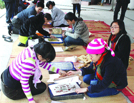 Art lessons: Young people learn how to print in the traditional Dong Ho style.
