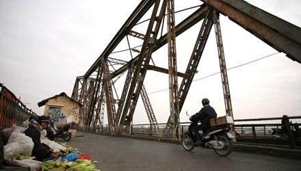 Long Bien Bridge in need of work