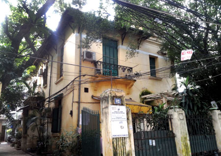 Ha Noi can prop up old homes or let them fall