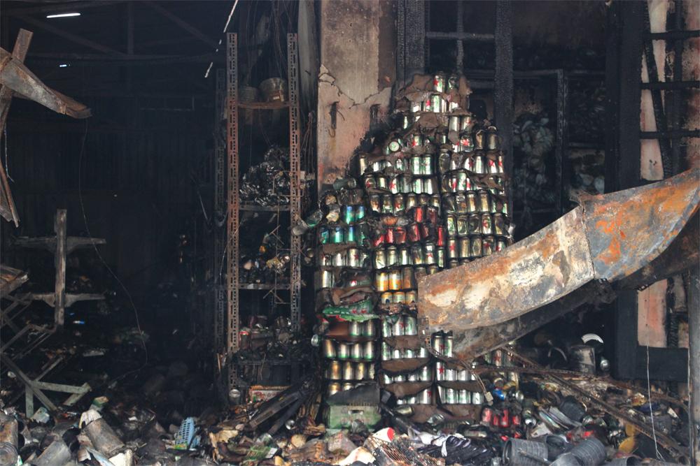 Fire destroys three shops in Ha Noi