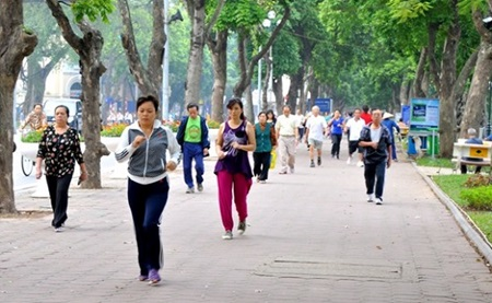 People practise morning exercise in Ha Noi. An increasing number of young adults in their thirties and forties are suffering from heart attacks.