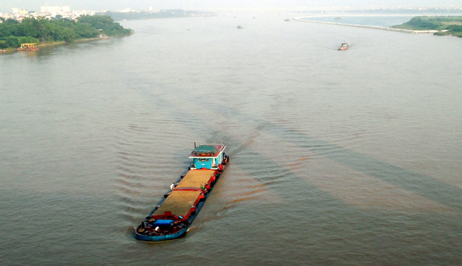 Hong River transport faces obsticles