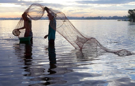 Residents in Mekong Delta Province of An Giang prepare to catch fish. The construction of hydropower dams in the Mekong Delta River basin theatens livelihoods of residents living in the river basin.