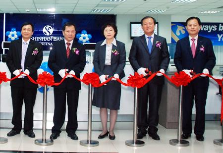 S Koreas Shinhan Bank opens HCM City branch