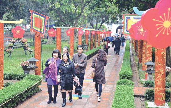 Vietnamese intl poets recite for Poetry Day