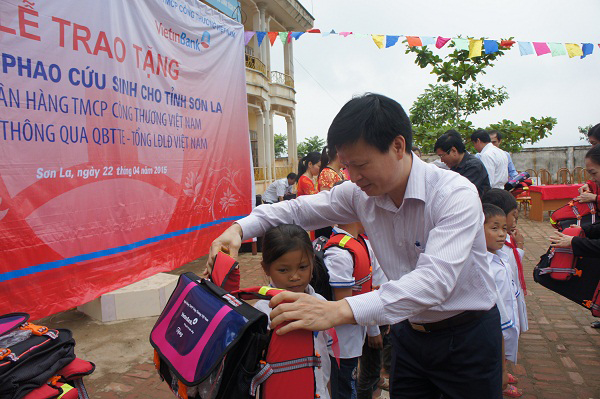 Childrens fund donates lifebuoys to Son La students