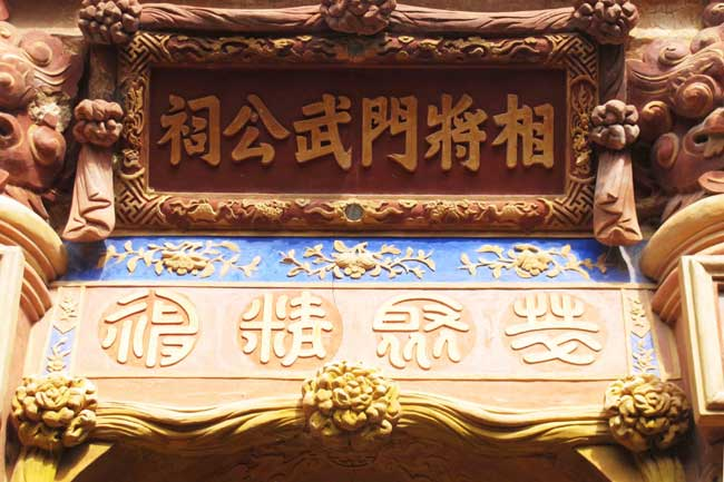 Conservationists discuss Hue carvings