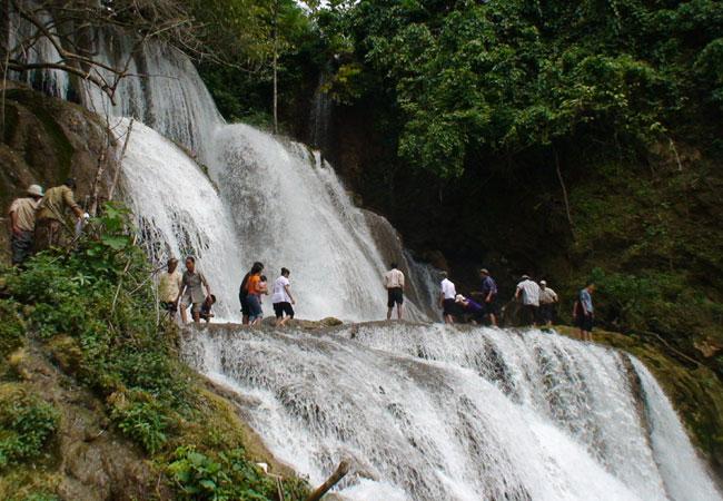 Visit Ha Long Bay of the hills