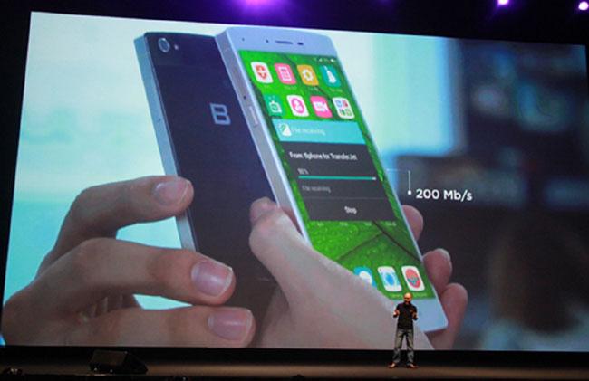 VN smartphone hits shops