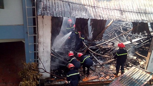 Fire destroys 1000sq.m of wood workshops in Ha Noi