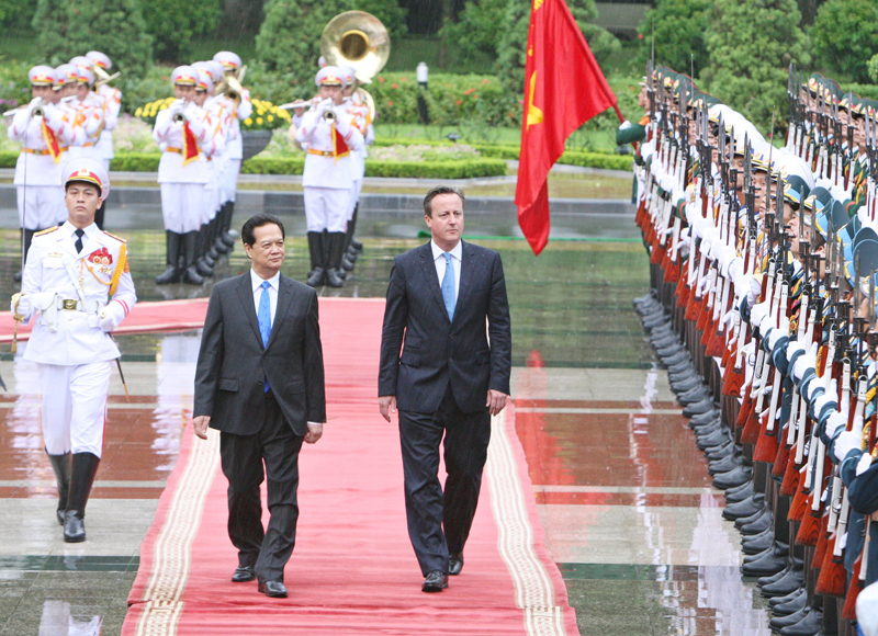 Vietnamese leaders greet UK PM Cameron