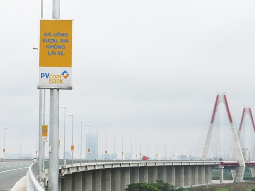 Billboards on Nhat Tan Bridge to be removed