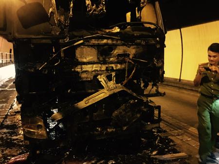 Truck blazes inside Hai Van tunnel