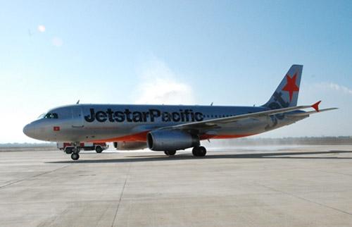 Passenger opens planes emergency door causes flight delay