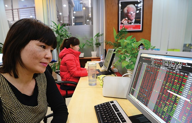Low oil prices drag on VN stocks