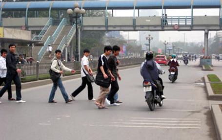Ha Noi to fine pedestrians violating traffic laws