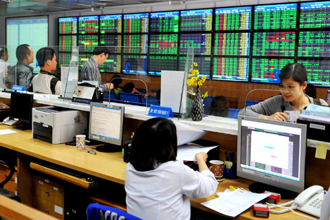 Rising oil prices aid VN stocks