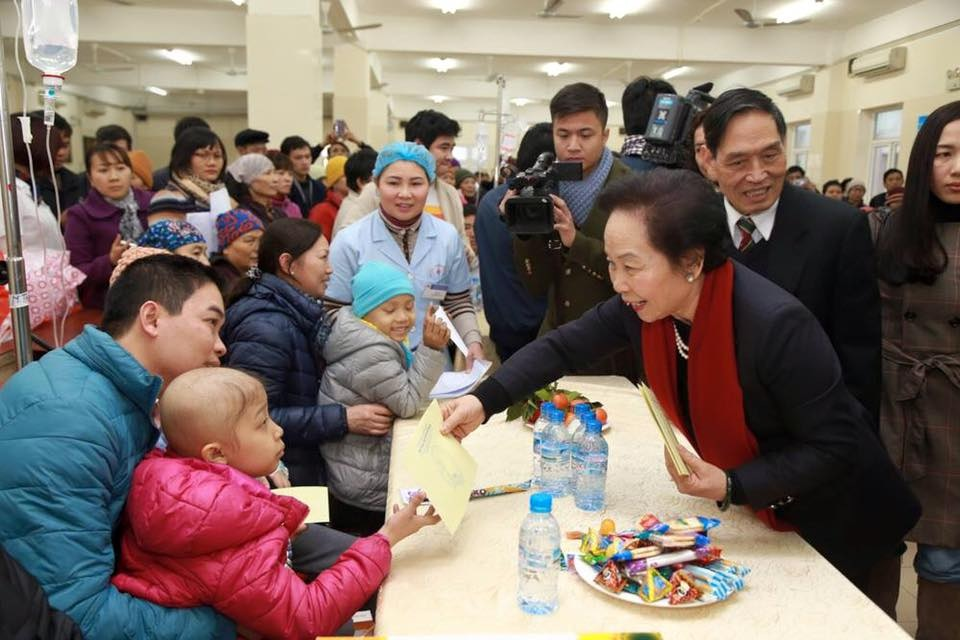 Cancer patients receive gifts for Tet
