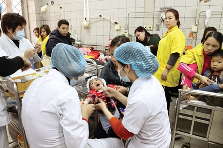 Doctors examine pediatrics patients at the Bach Mai General Hospital, Ha Noi.