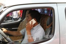 Researchers suggest ban on mobile phone while driving